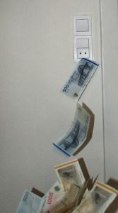 Pengene fosser ud af stikkontakten.
