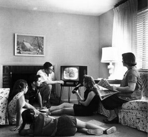 """Family watching television 1958"" Foto: af Evert F. Baumgardner - National Archives and Records Administration."