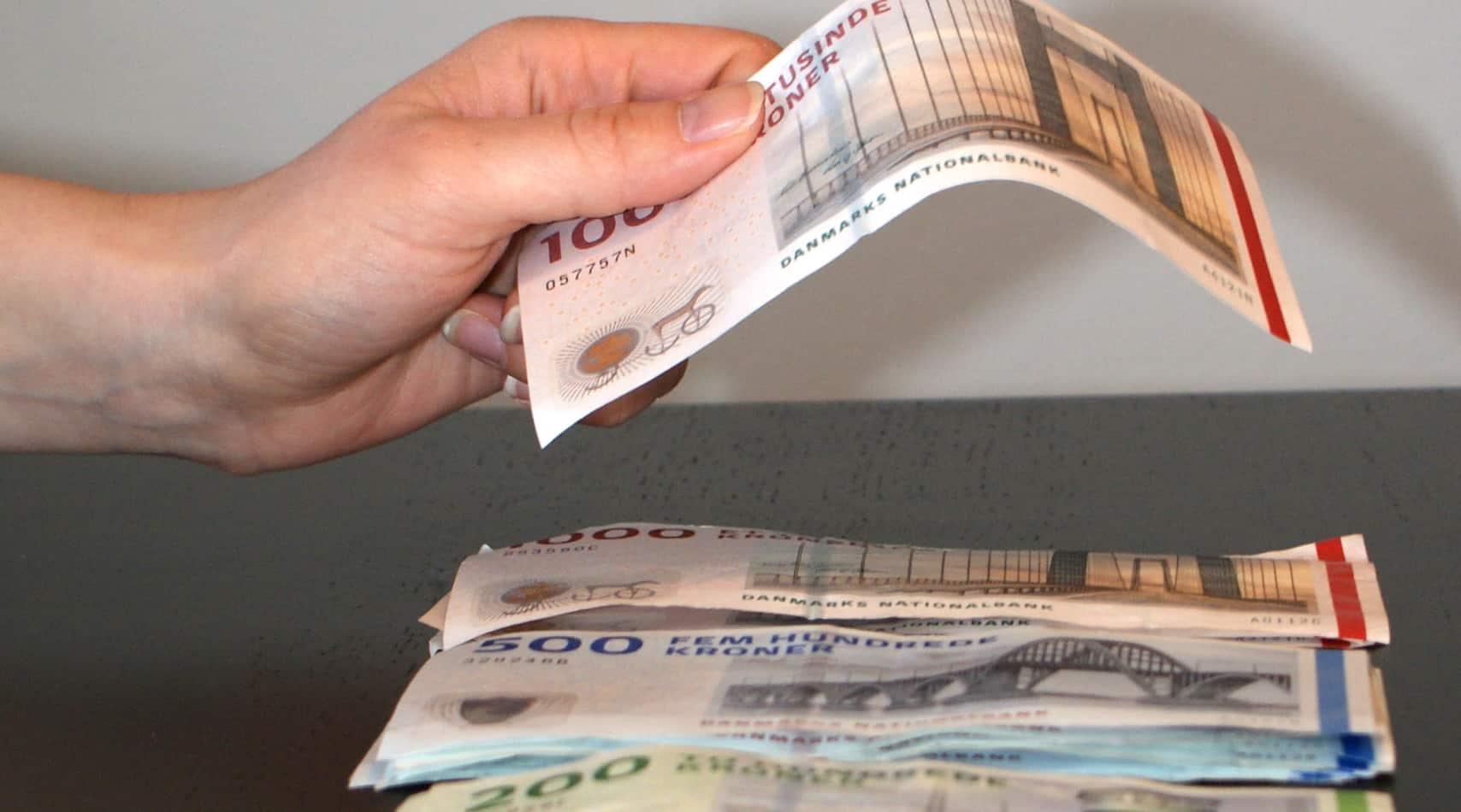 Hånd lægger penge
