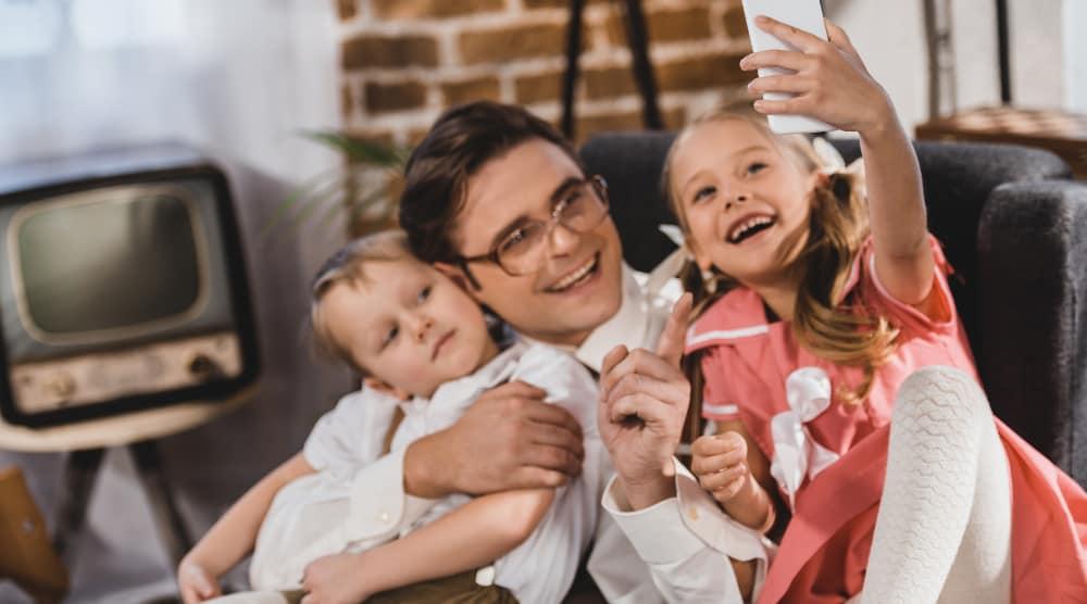 1960'er familie med smartphone